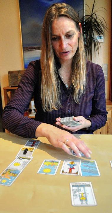 Claudia Langenhahn-Liedtke legt Tarot-Karten   | Foto: Bensiek