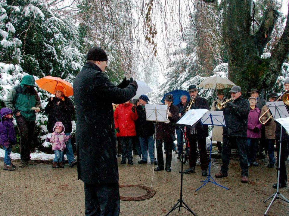 Die Zuhörer konnten sich vor dem Wetter schützen, die Akteure nicht...  | Foto: Sylvia-Karina Jahn