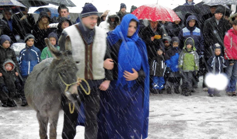 Maria und Josef in Begleitung eines Es...dem Öflinger ökumenischen Krippenspiel    Foto: Hansjörg Bader