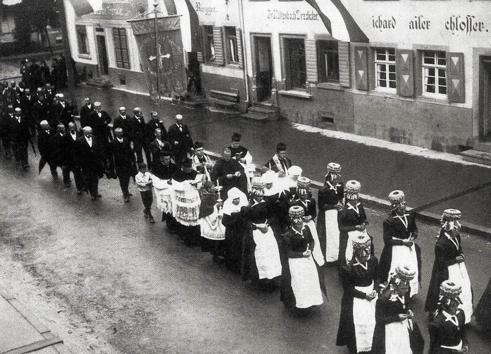 Prozession um 1910 durch die Elzacher ...iz von Neu-Pfarrer August Haberstroh.   | Foto: Archiv Stadt Elzach