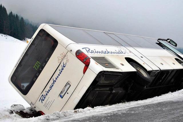 Bus rutscht bei Menzenschwand von der Straße und kippt um