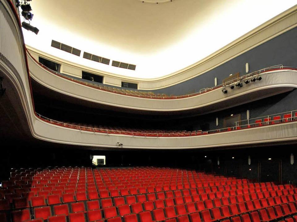 Aufwärts oder abwärts? Blick ins Große Haus des Freiburger Theaters  | Foto: schneider