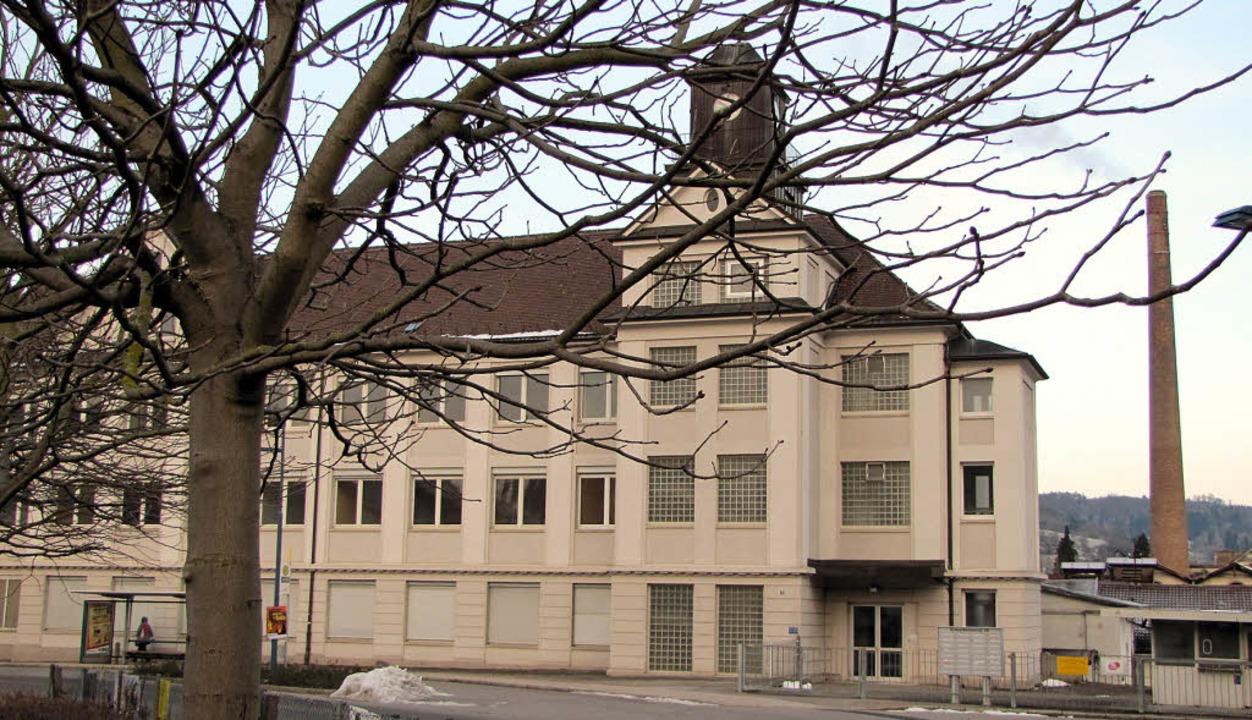 Das Gebäude mit dem Uhrenturm auf dem Schöpflin-Gelände  steht noch immer leer.  | Foto: Sabine Ehrentreich