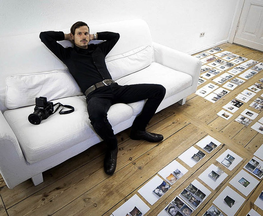 Der Fotograf: Malte Jäger auf seinem Sofa zuhause in Berlin     Foto: Malte Jäger