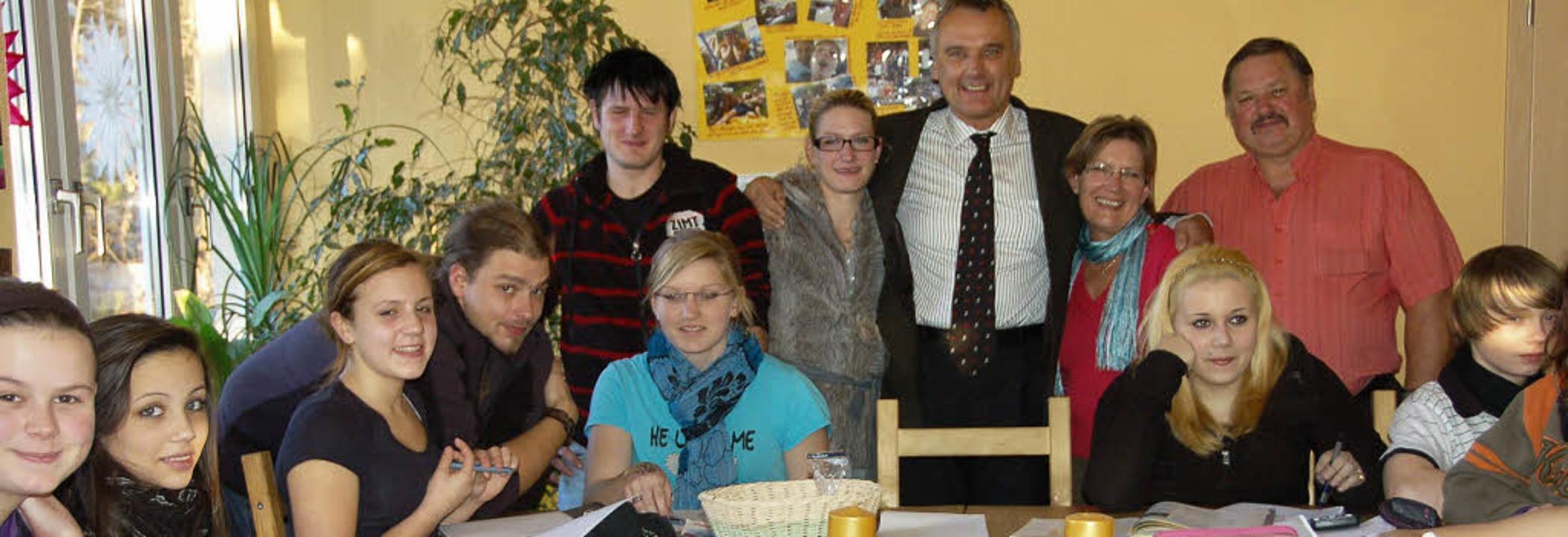 Artur und Erika Weltle  im Kreis ihrer...hte (stehend von rechts nach links).    | Foto: Umiger