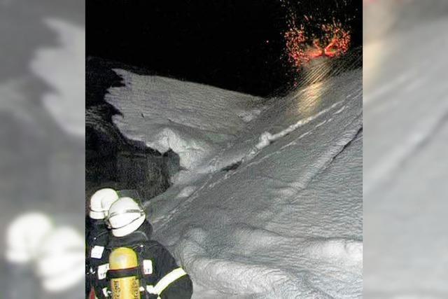 Flammen lodern im Kamin