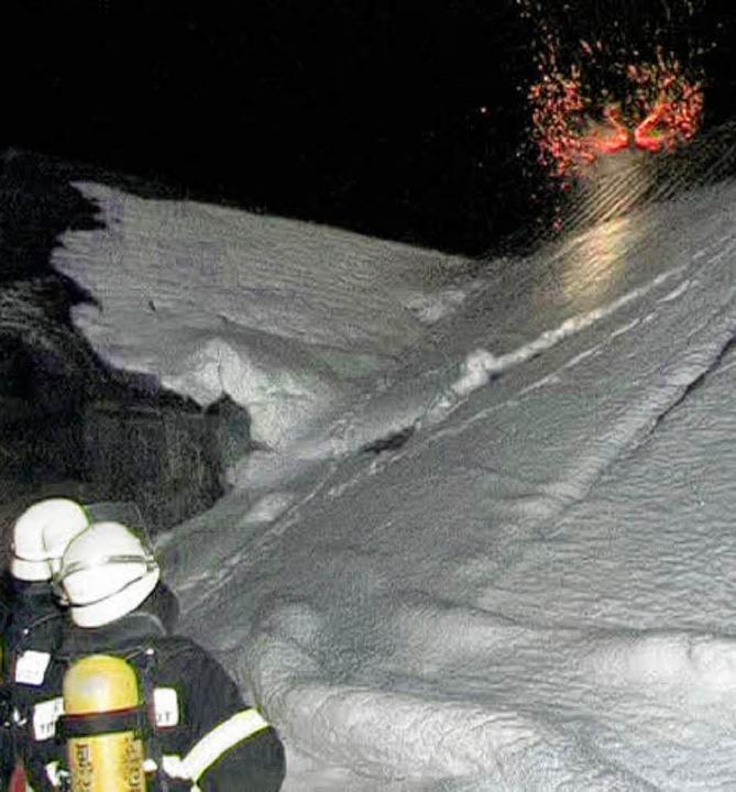 Flammen schlagen aus dem Kamin eines  Hofes im Jostal.   | Foto: aqfo