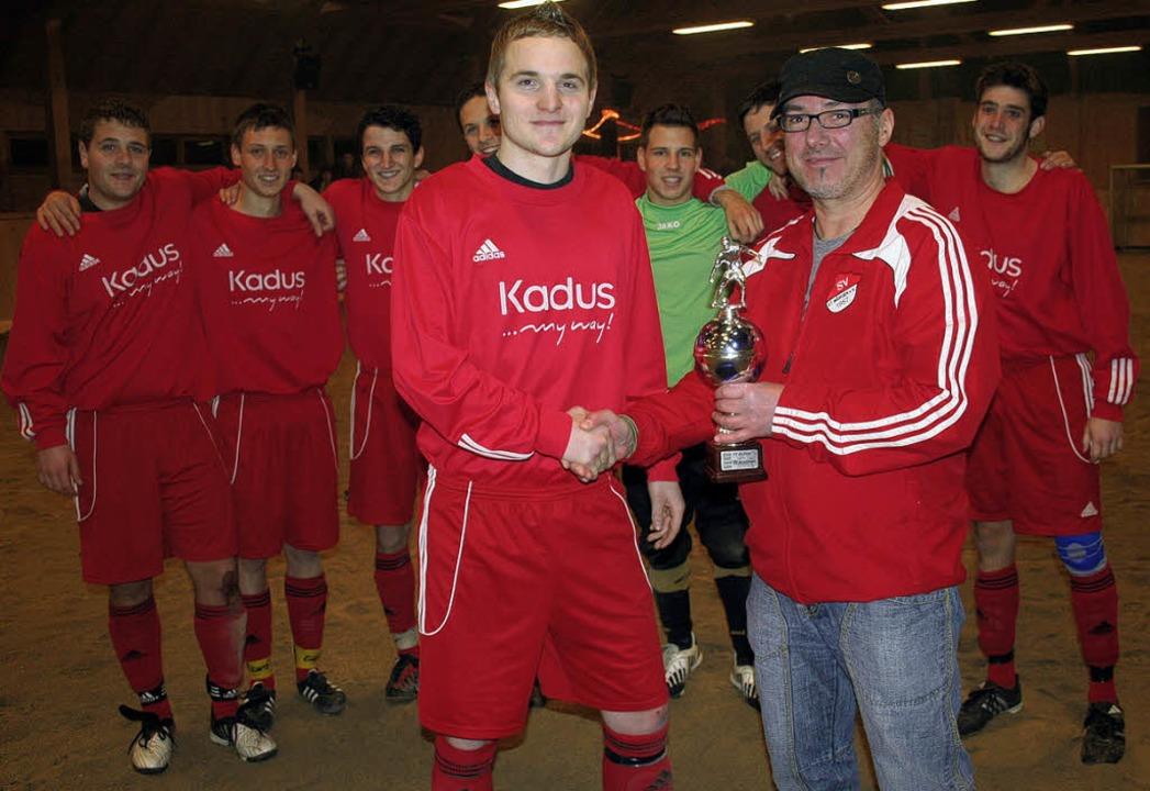 Mitternachts-Pokal: SV-Vorsitzender An...iegreichen SV Hölzlebruck  den Pokal.   | Foto: Dieter Maurer