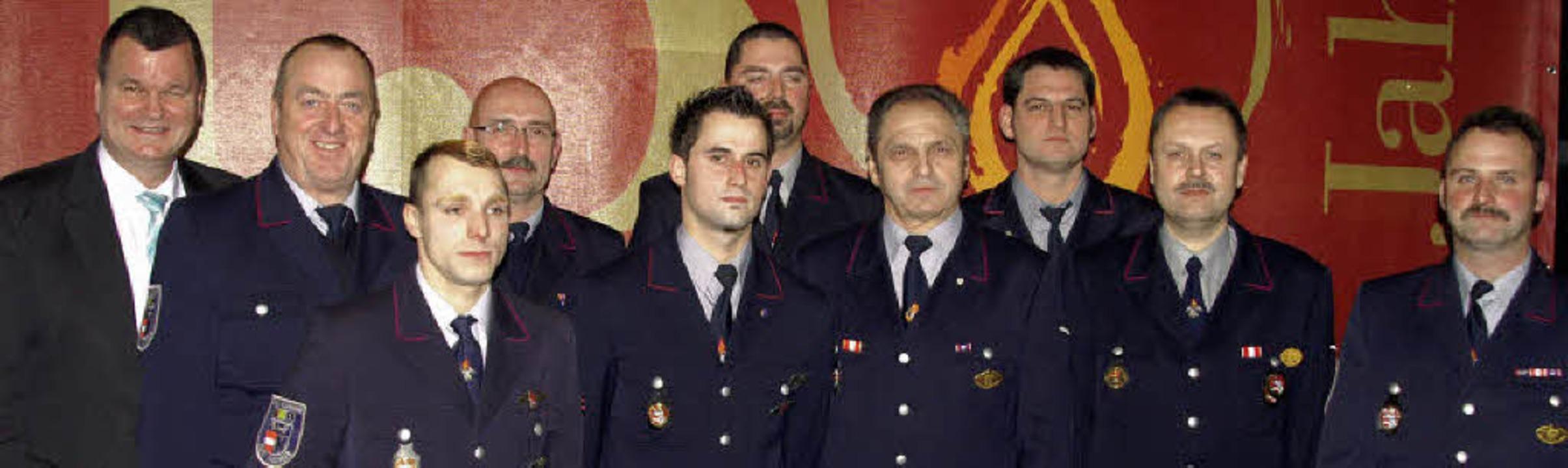 Ehrung bei der Kenzinger Feuerwehr: Mi... erhielt Heinrich Reisch (2.v.links).     Foto: Ilona Hüge