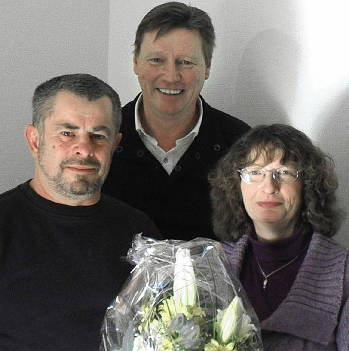 Doris Folles arbeitet seit 30 Jahren i...(hinten) überbrachte Blumen und Dank.   | Foto: BZ
