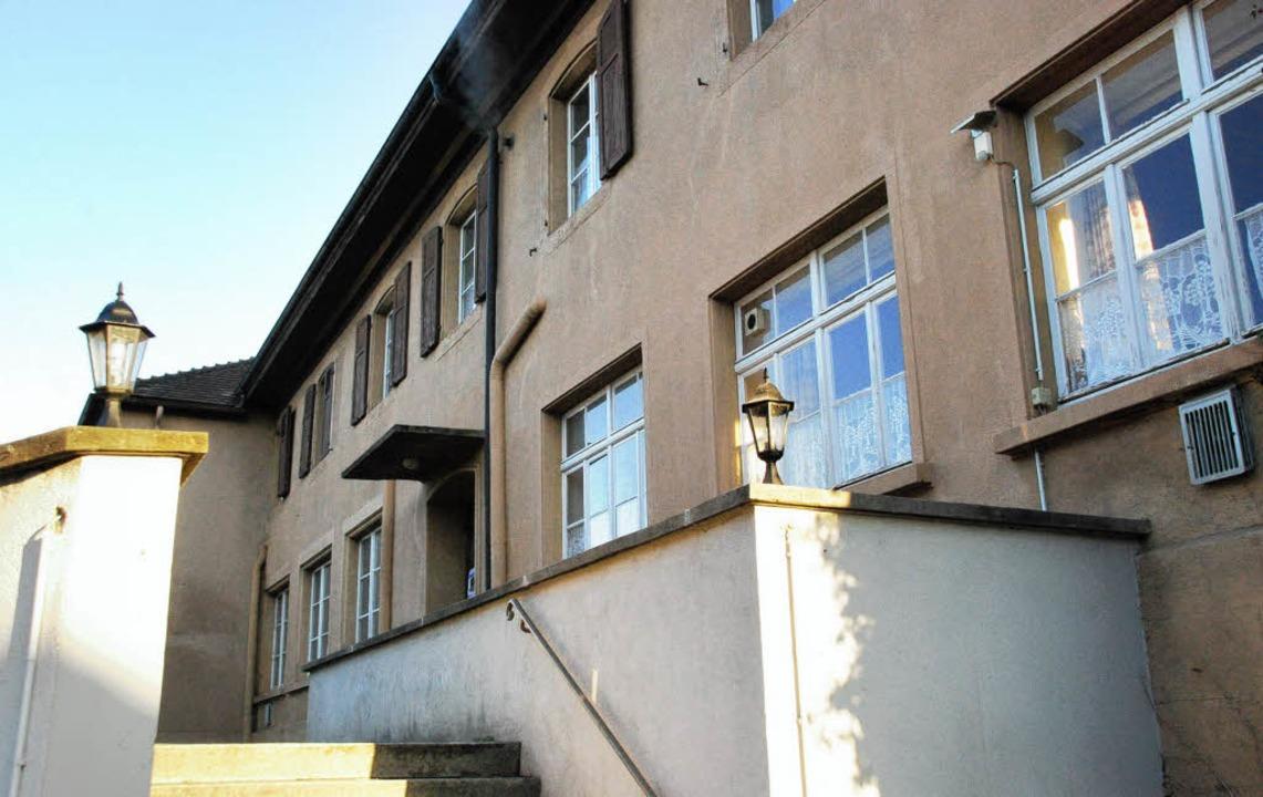 Der Sanierunsgbedarf der alten Schule in Warmbach ist groß.   | Foto: Ralf Staub