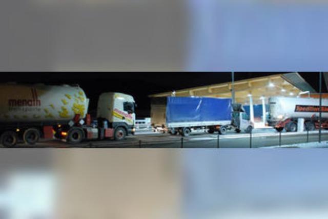 Der Lastwagenverkehr am Autobahnzoll wird immer dichter