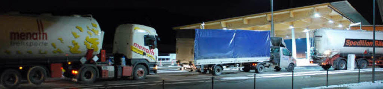 Eine Schlange von Lastwagen rollt im D...acht der Abfertigung am Zoll entgegen.  | Foto: Ralf Staub