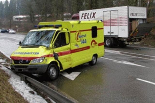 Ambulanz gegen Lkw – vier Verletzte