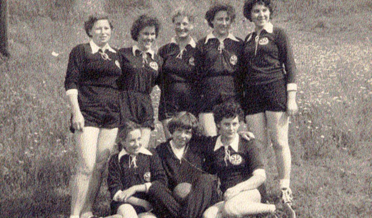 Das historische Foto von einer der  er...ydia Kalchthaler (sitzend von links).     Foto: Privat