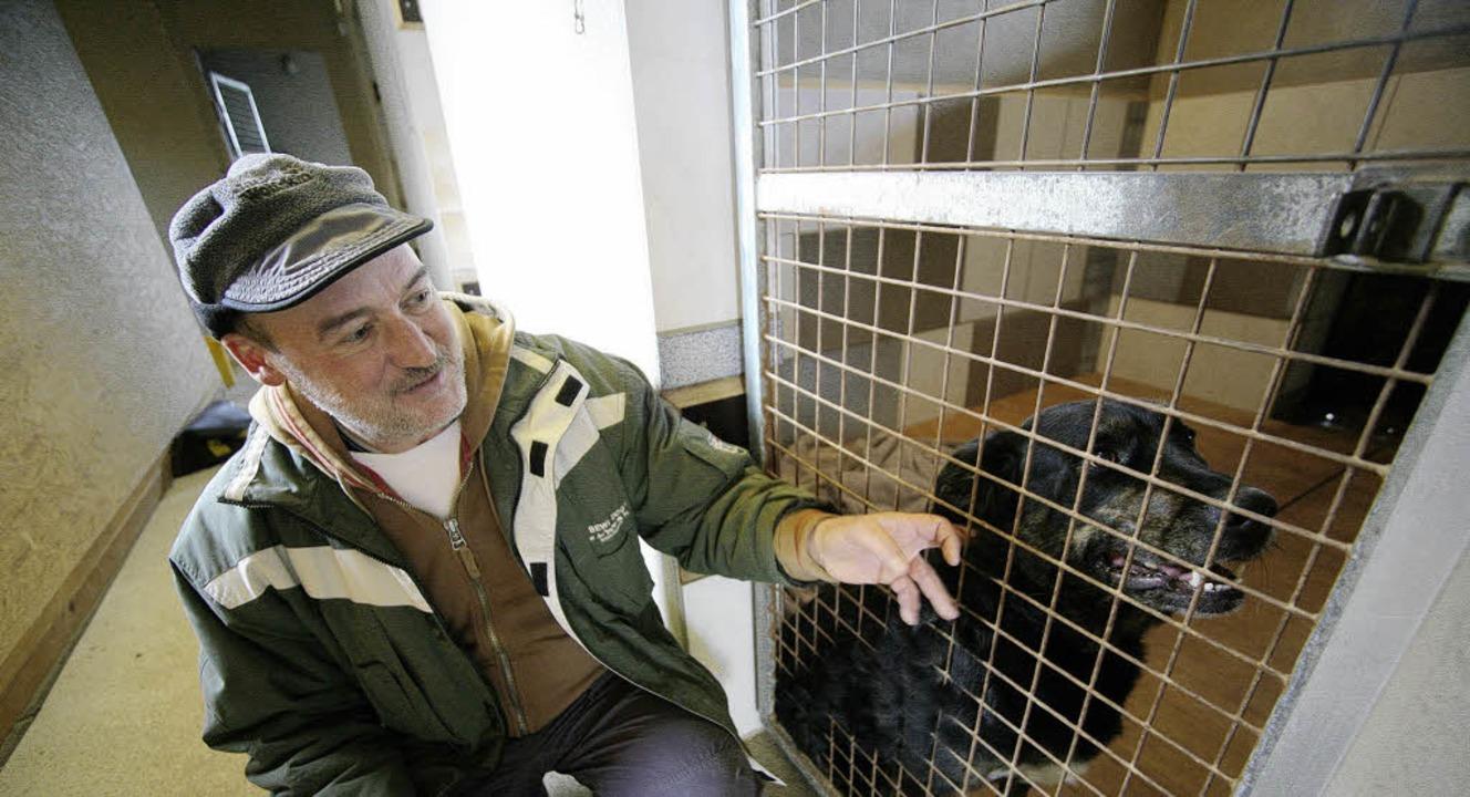 Manfred Greiner mit einem seiner Pensionsgäste     Foto: bastian henning