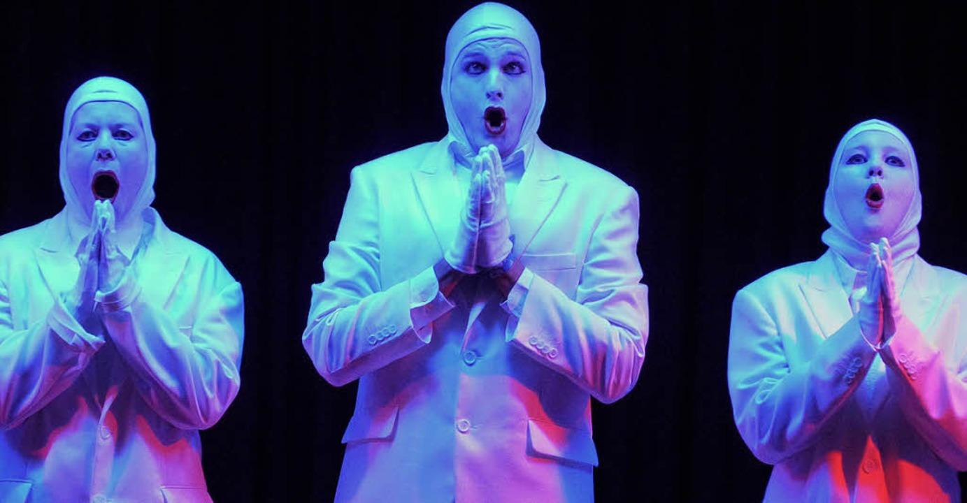 Blinde Passagiere auf der Bühne.     Foto: Cornelia Weizenecker