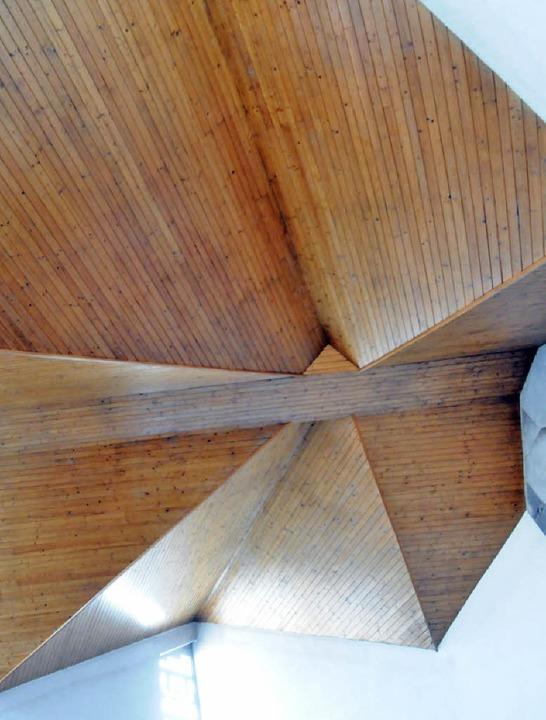 Spektakulär: Das Dach betont den anged...Faltung beim Abfluss des Regenwassers.    Foto: Robert Bergmann