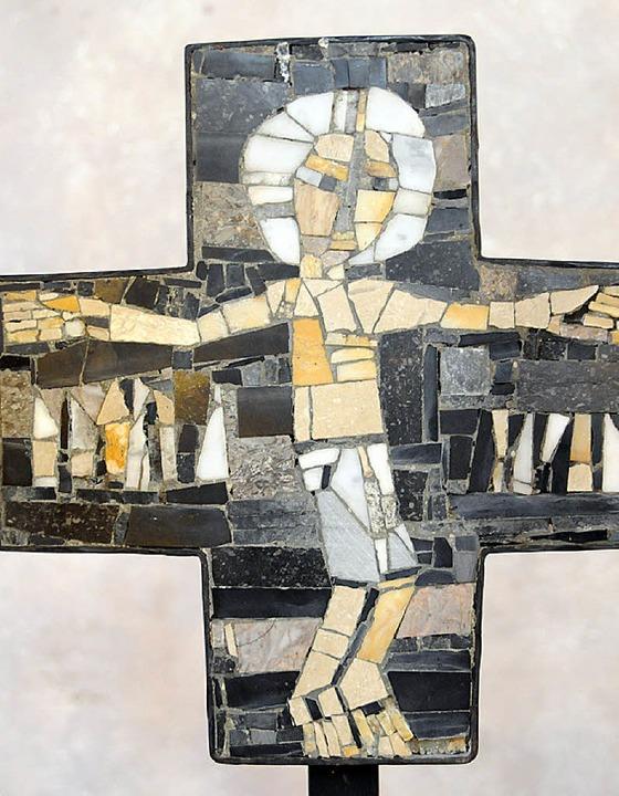 Mit an der Wiese gesammelten Kieseln gestaltete Hubert Distel das Altarkreuz.    Foto: Robert Bergmann