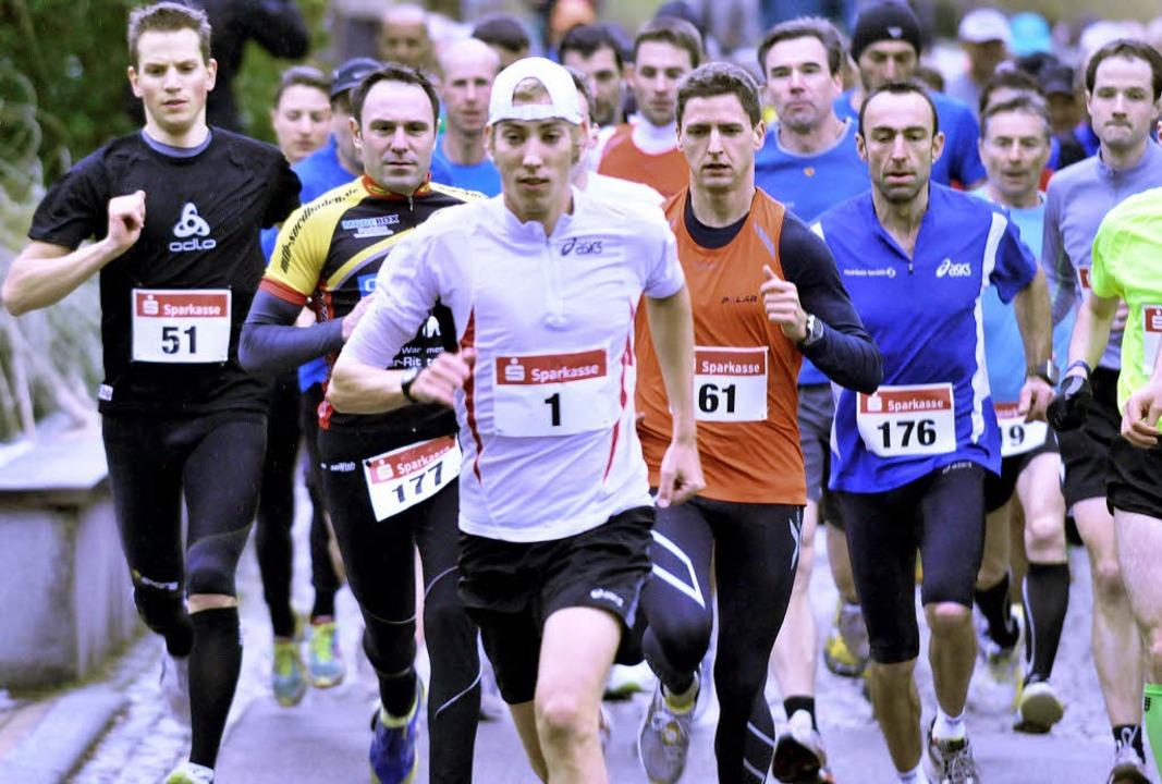 Sieger Jonathan Zipf (Startnummer 1) u...sch (176),  an der Spitze des Feldes.     Foto: Murst