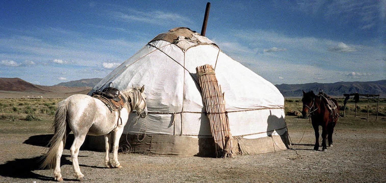 Schauplatz Steppe: Wie zu Zeiten der K... viele Mongolen noch heute in Jurten.   | Foto: dpa