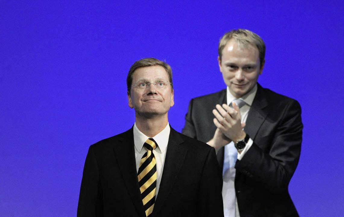 Wer soll mir schon gefährlich werden? ...s Christian Lindner (hinten) entgegen.  | Foto: DPA