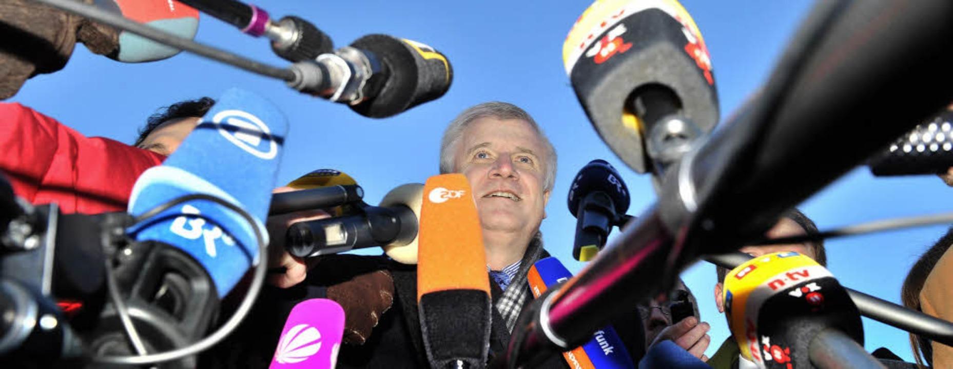 Horst Seehofer feiert die CSU-Umfragew... Partei,  Karl-Theodor zu Guttenberg.   | Foto: dpa