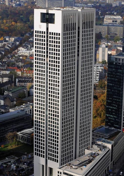 Immobilienfonds setzen auf Bürogebäude wie den Frankfurter Opernturm.     Foto: dpa