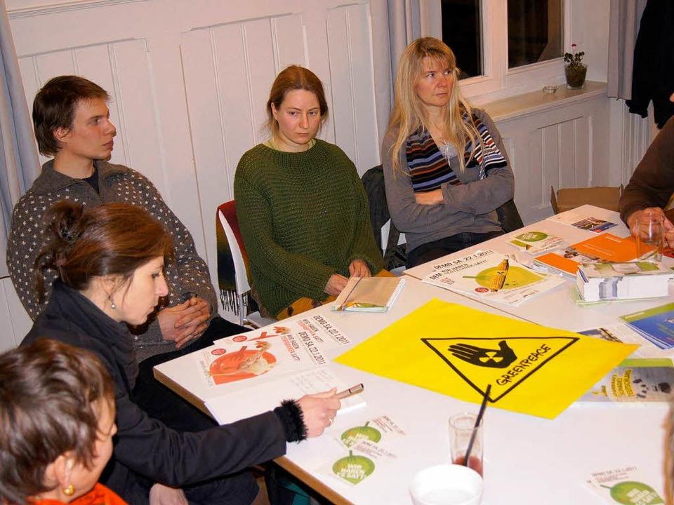 Greenpeace Lörrach befindet sich im En...chts), hilft der Gruppe auf die Beine.  | Foto: cjz