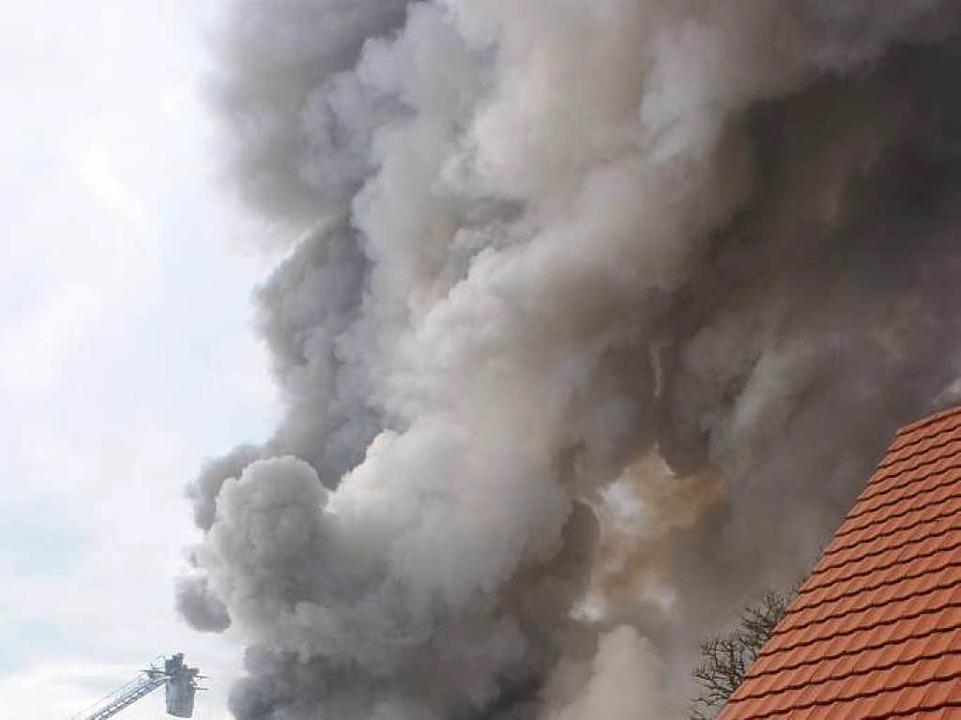 Fast schon schien das Feuer gelöscht, ...eunigst das Gebäude verlassen mussten.  | Foto: werner Probst