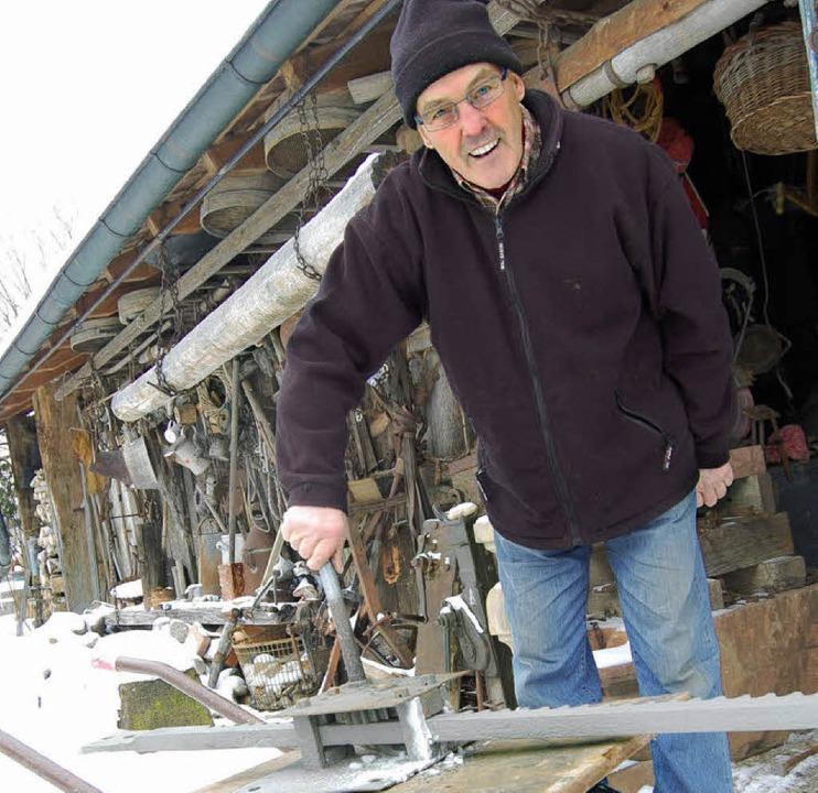 Manfred Metzger repariert alten Stellf...e Bewässerung der Wiesen regulierten.     Foto: Hagen Späth / Privat