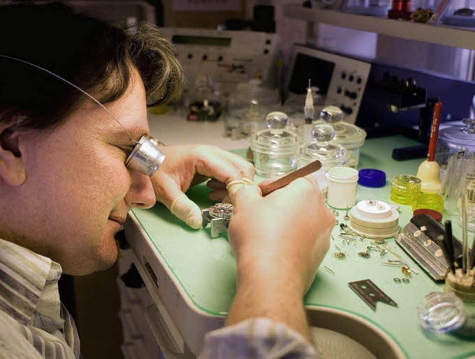 Jürgen Betz bei der Herstellung einer Borgward-Uhr  | Foto: Birgit-Cathrin Duval / bcmpress