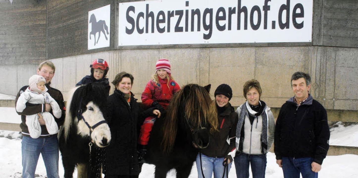 Übergabe des Scherzingerhofs in Hinter...ationen der Familie Hofmeier vereint.     Foto: Dieter Maurer