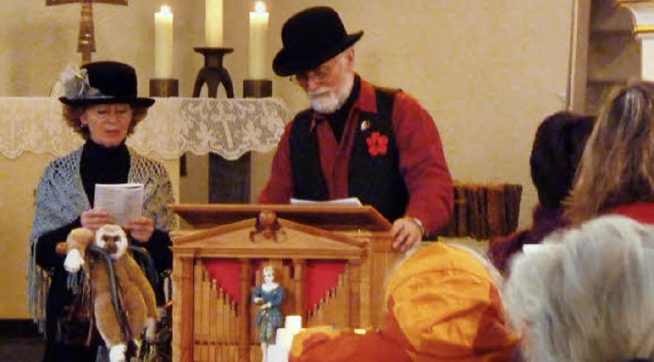 Das Ehepaar Laule begleitete  die evan...n Weihnachtsliedern an der Drehorgel.     Foto: Hilde Butz