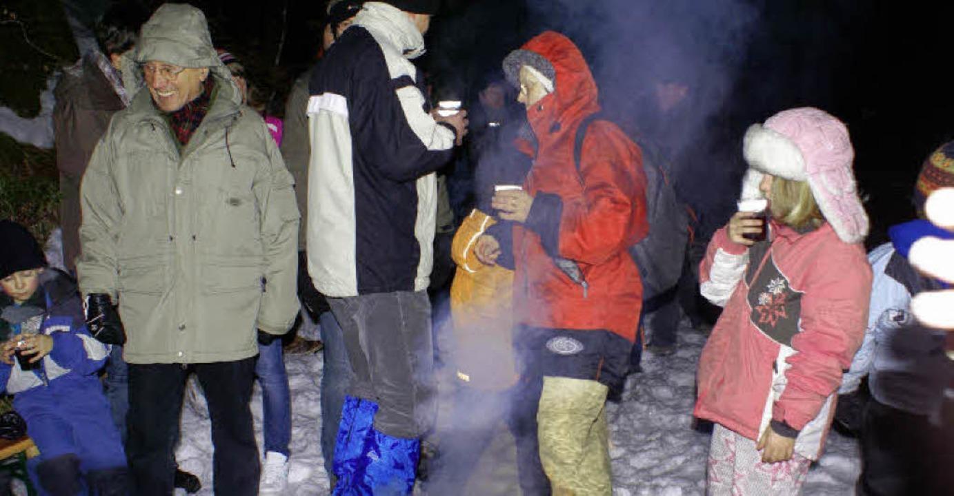 Beim wärmenden Lagerfeuer gab es Kinde...d Glühwein für die tapferen Wanderer.   | Foto: Werner Probst