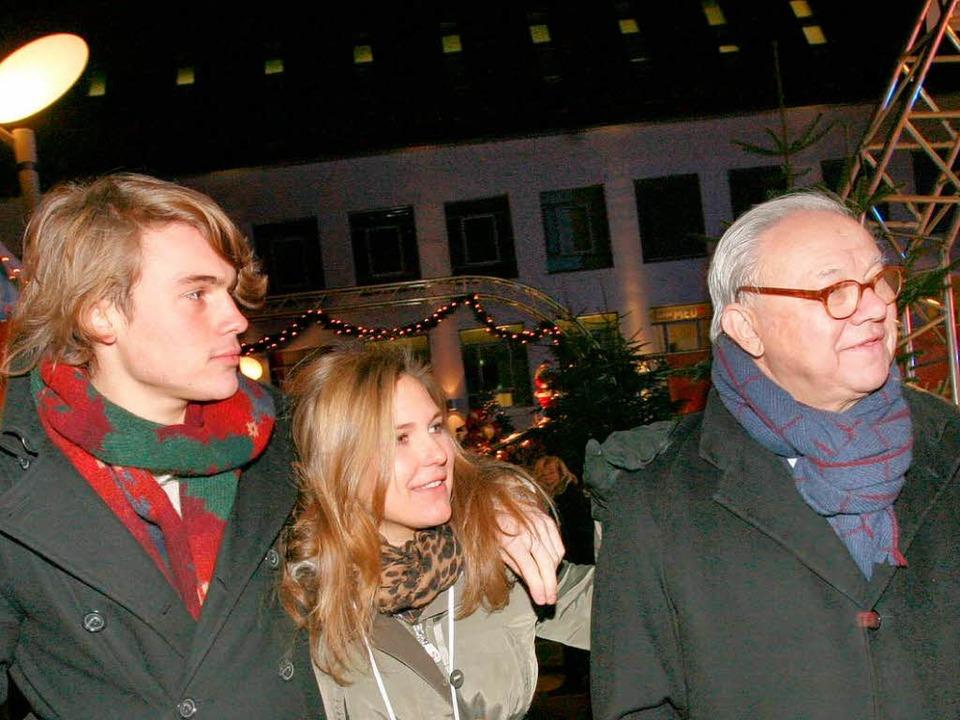 Hubert Burda (r.) mit seinen Kindern J...l über den Offenburger Weihnachtsmarkt  | Foto: Hubert Burda Media