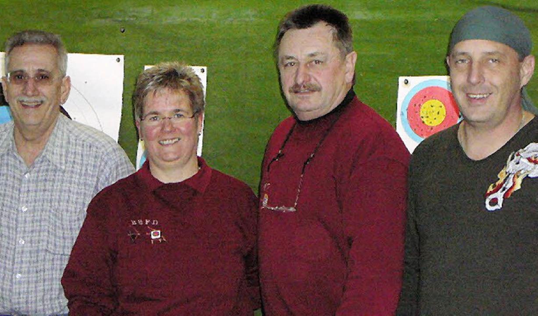 Das Vorstandsteam der Bogensportfreund...ng  den neuen Sportwart Andreas Peter.  | Foto: Rolf Mück