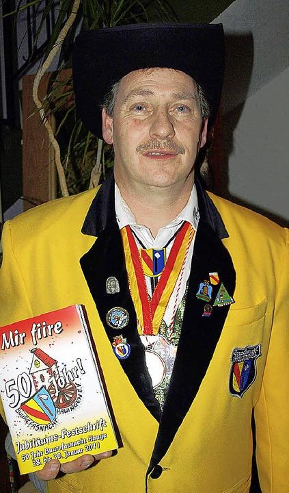 Zunftmeister Ralf Renckly stellte die Festschrift vor.     Foto: Schleer