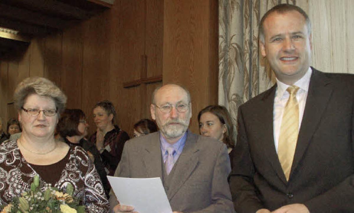 Bürgermeister Thomas Breig (rechts) üb... (mit Ehefrau) die Landesehrennadel...  | Foto: Andrea Gallien