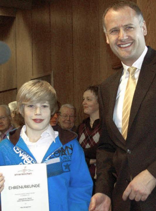 ...und Max Brengartner eine Ehrenurkun...kennung seiner sportlichen Leistungen.  | Foto: Andrea Gallien