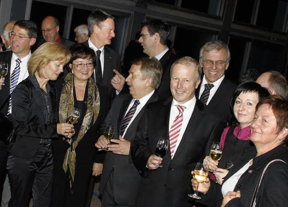 Helmut Rau und Peter Weiß (Mitte vorn) waren Gäste beim Neujahrsempfang.   | Foto: heidi fössel