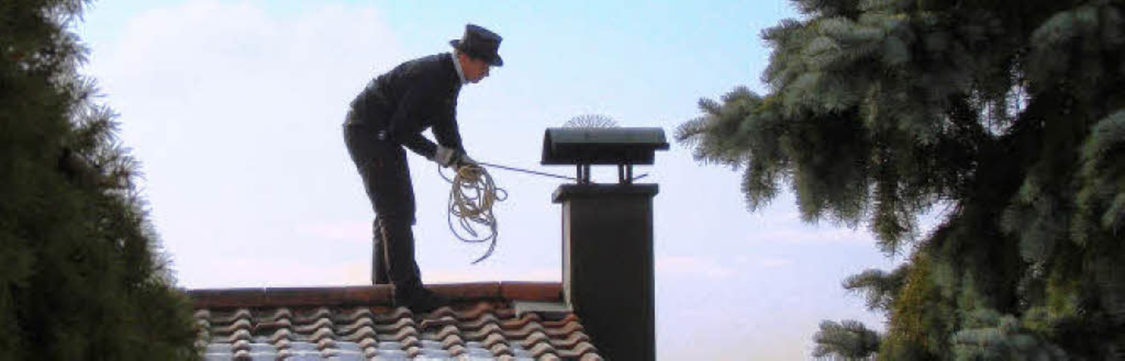 Fehlt nur noch Mary Poppins … Be... Dach beim Reinigen des Schornsteins.     Foto: Nicole Mai