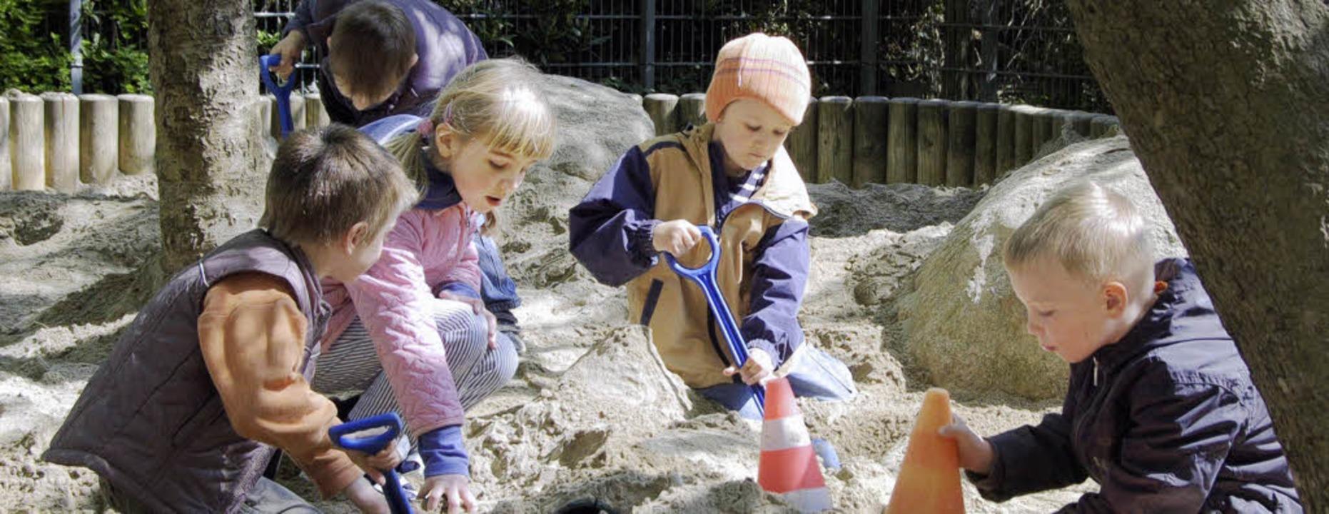Während die Kleinen sorglos spielen, a...t den freien und kirchlichen Trägern.   | Foto: Fillisch
