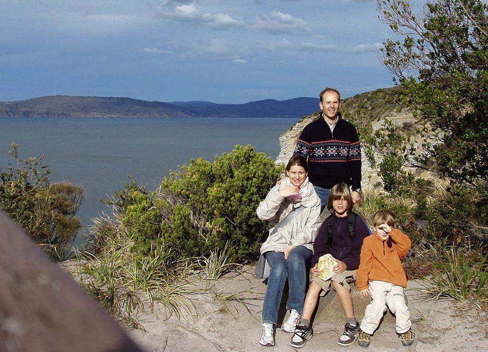 Seit drei Jahren in Tasmanien vor Aust...e und ihre Söhne Vincent und Leonard.   | Foto: privat