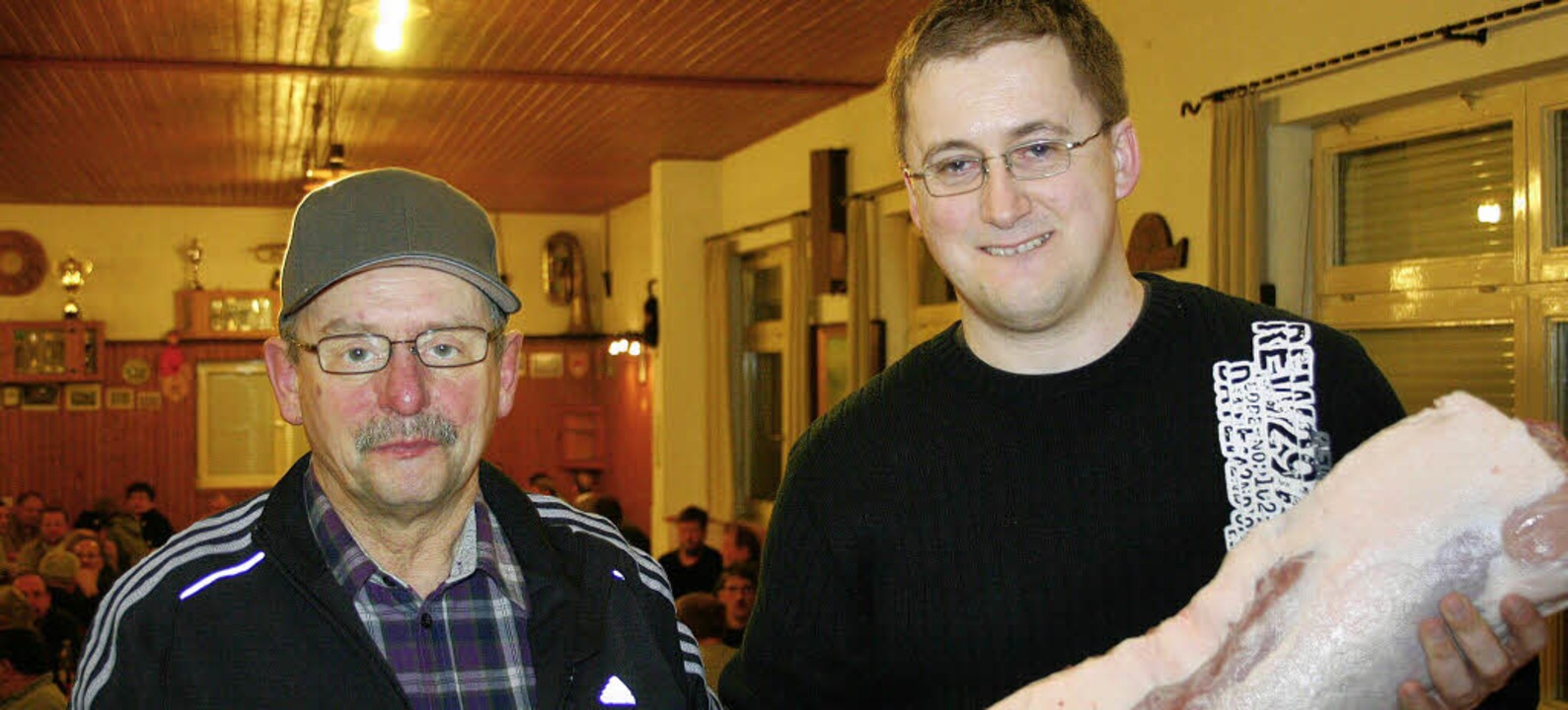Markus Schleith(rechts) aus Gresgen ge...s größte Stück vom Schwein aussuchen.     Foto: Rümmele
