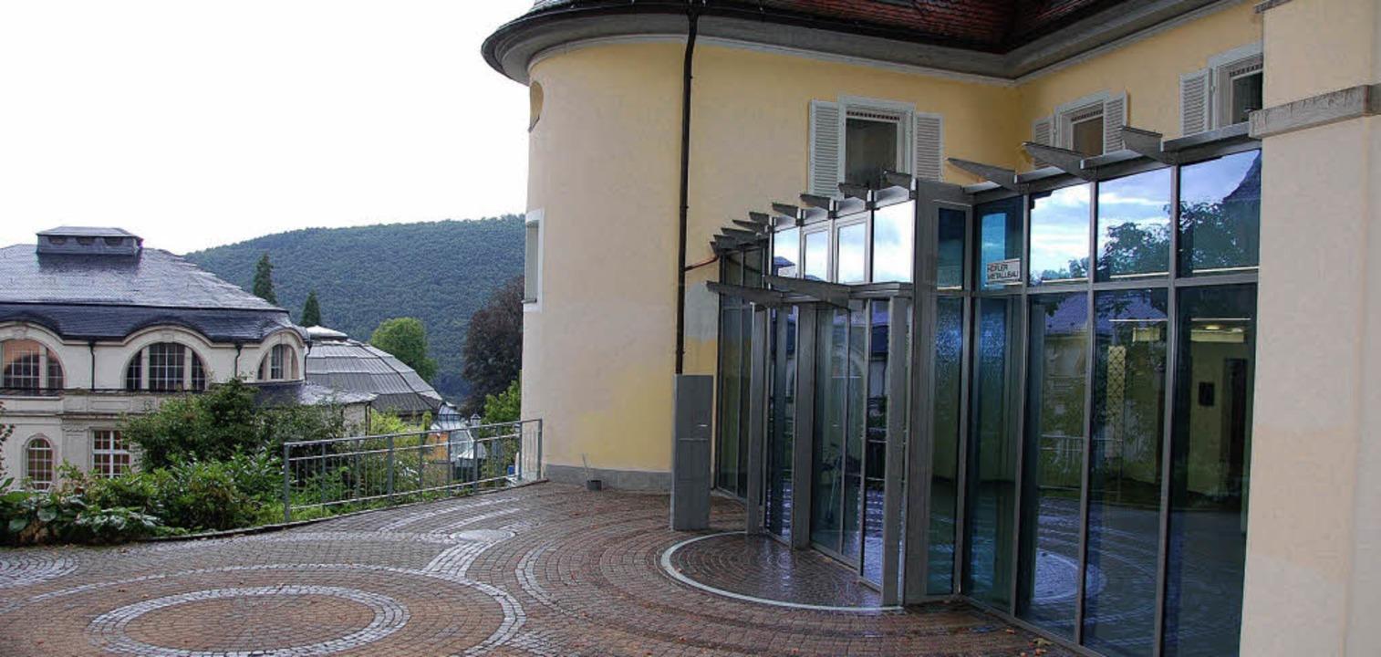Lichtdurchflutet, wärmegedämmt und bar...das neue Rathausfoyer in Badenweiler.     Foto: Sigrid Umiger