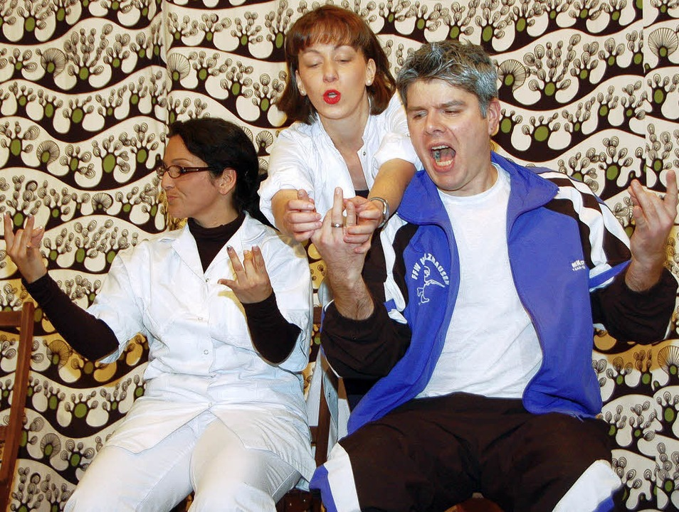 Das tut weh! Die richtige Fingerstellu...ester und Ärztin (Mitte) beigebracht.     Foto: manfred frietsch