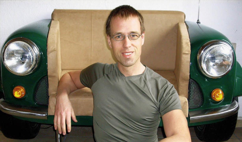 Martin Schlund vor einem seiner ungewöhnlichen Sitzmöbel.    Foto: Privat