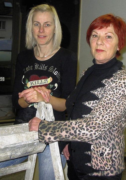 Ina Wick (von links) übernimmt das Friseurgeschäft in Nollingen von Vera Wiest.     Foto: Jutta Rogge