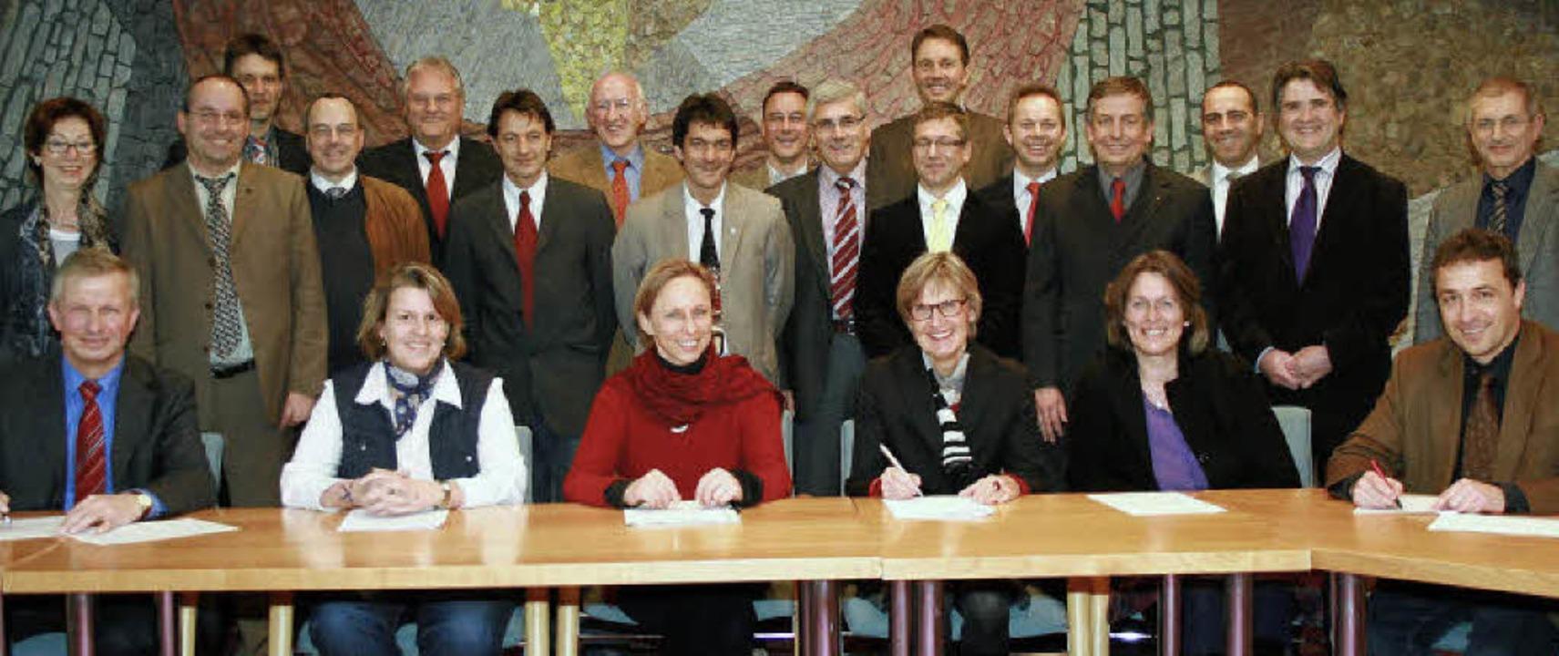 Vertragsunterzeichnung: Die Hauptakteu...itarbeiterInnen der  Kreisverwaltung.   | Foto: Privat